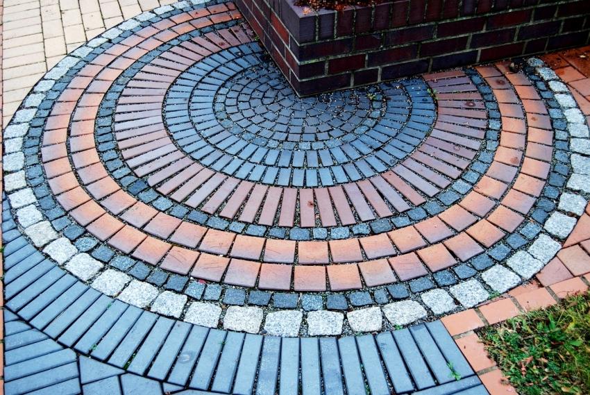 Благодаря своим характеристикам клинкерная плитка может использоваться для облицовки цоколя и тропинок