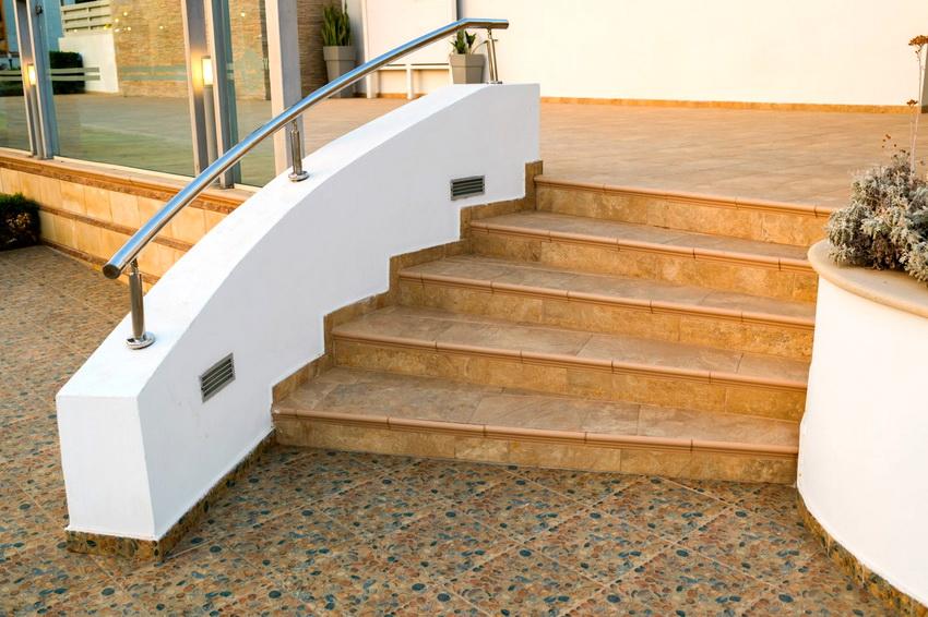 Клинкерная плитка предоставляет широкие возможности различных вариантов дизайна ступеней