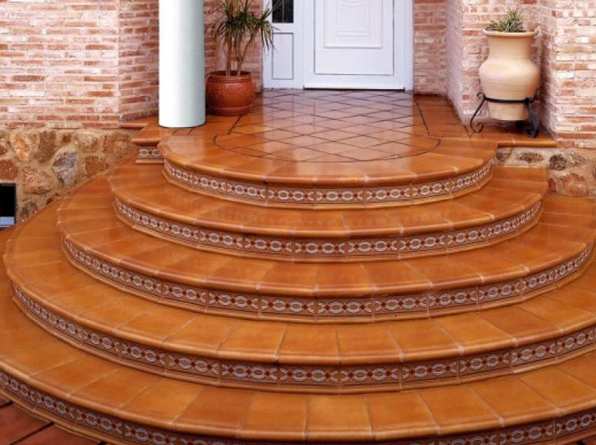 С использованием облицовки клинкерной плиткой можно создавать красивые и прочные ступени