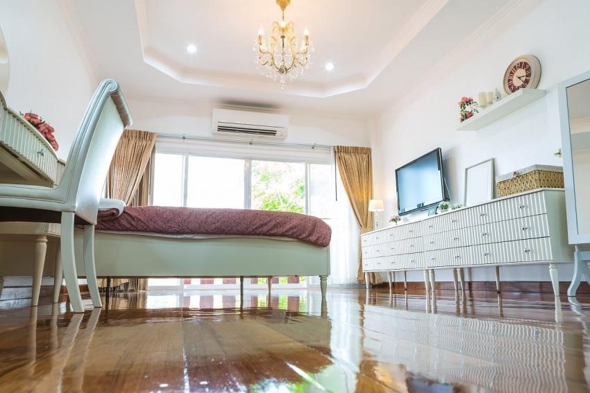 Идеально белый и ровный потолок можно получить благодаря акриловой краске, которая имеет плотную структуру и маскирует трещины