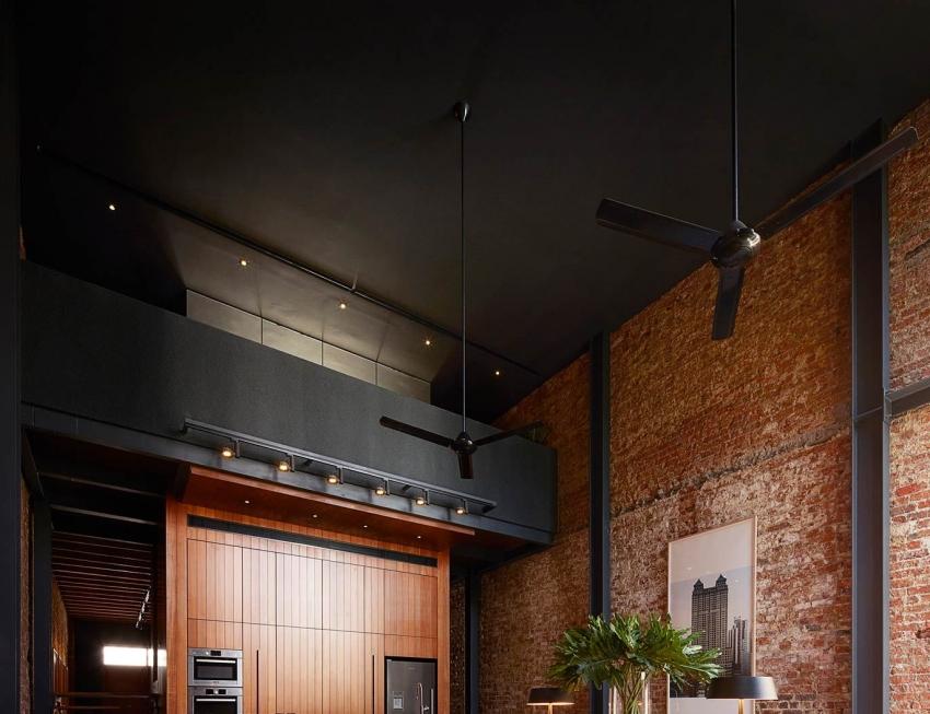 Краска на основе силикона не выгорает на солнце, поэтому ее можно использовать для потолка в комнате с большими панорамными окнами