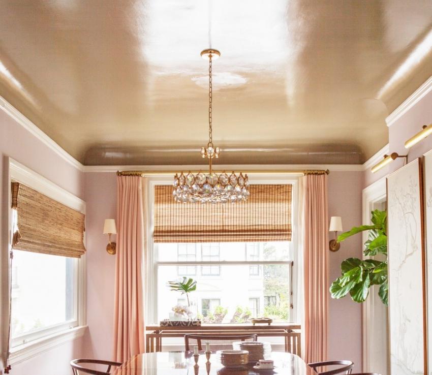 Глянцевая краска подходит для высоких потолков, красиво отображая солнечные лучи и свет от люстры