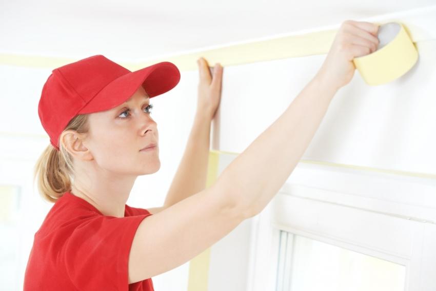 Чтобы защитить откосы, потолок и плинтуса при окраске, следует использовать малярный скотч