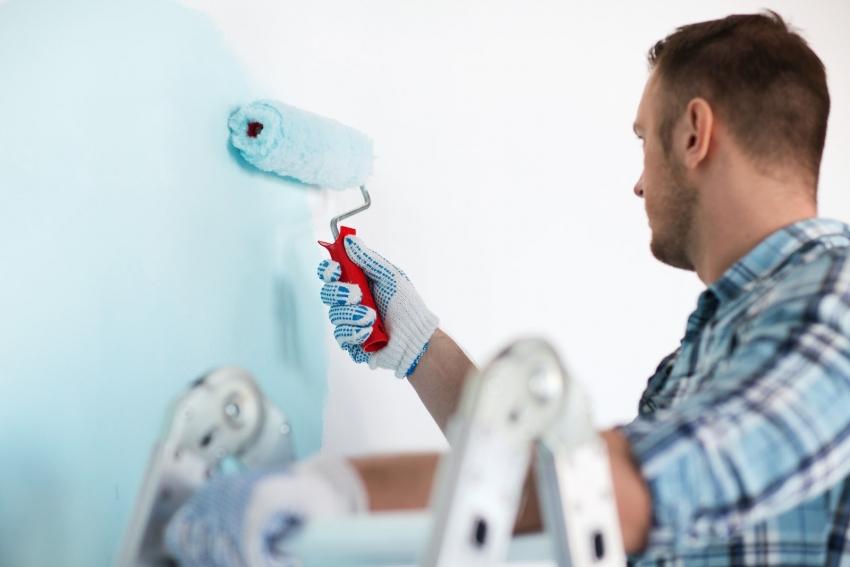 Для того чтобы избежать разводов и потеков, для покраски стен лучше использовать валик с плотным ворсом