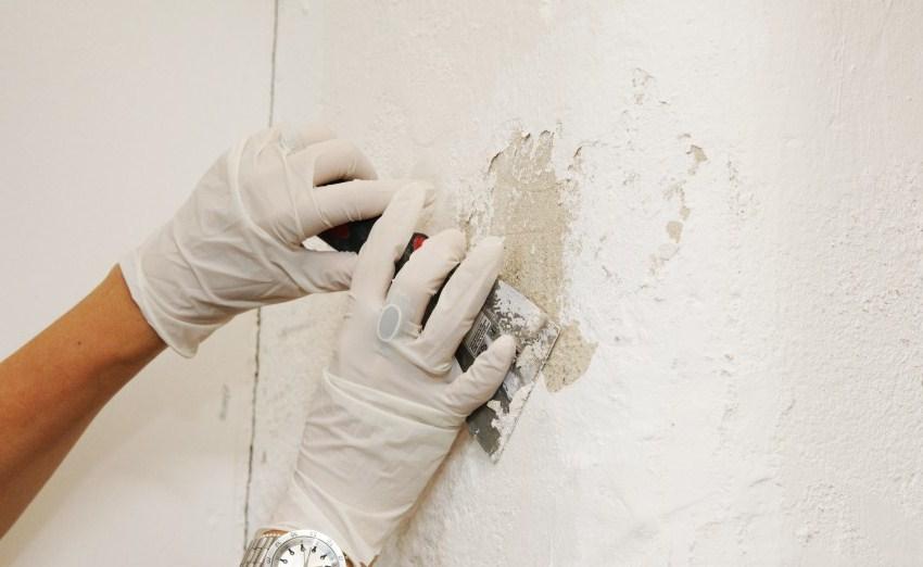 Старую побелку или водоэмульсионную краску легко можно удалить с помощью небольшого шпателя
