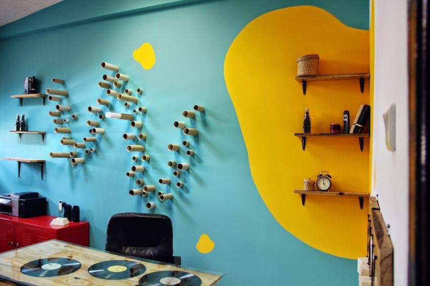 Пример гармоничного использования красок для стен двух контрастных оттенков