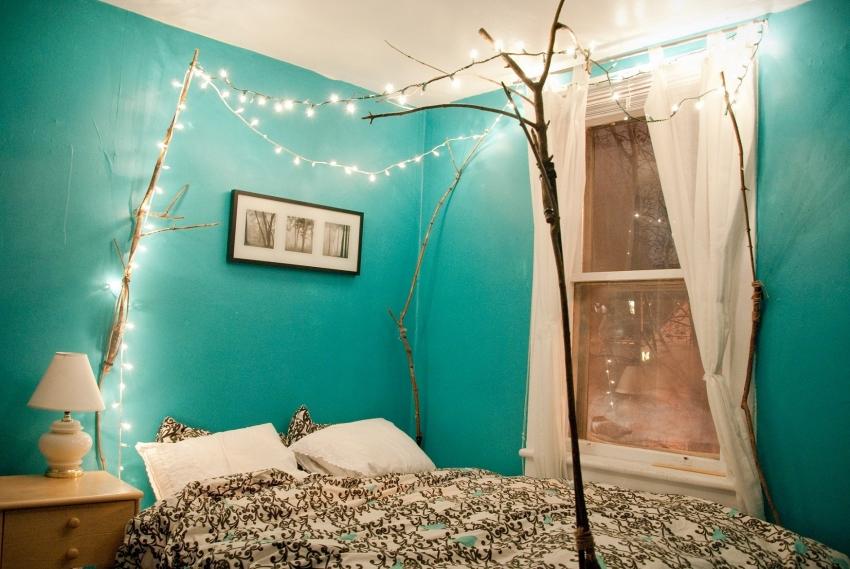 Глянцевая краска для стен хорошо сочетается с дополнительным освещением, красиво отображая лучи от ламп
