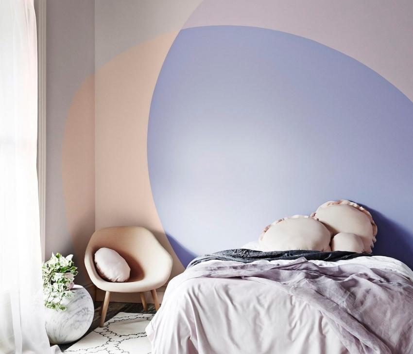 С помощью правильно подобранных тонов краски можно создать стильную акцентную стену в интерьере