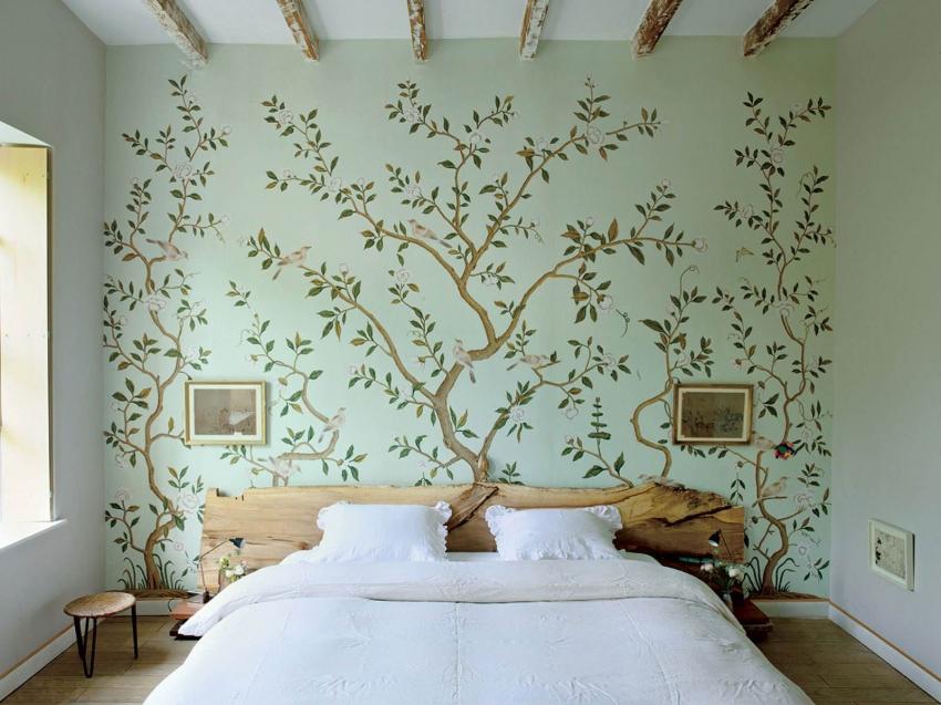 Интересный дизайн основной стены, оформленной с использованием акриловых красок и трафарета
