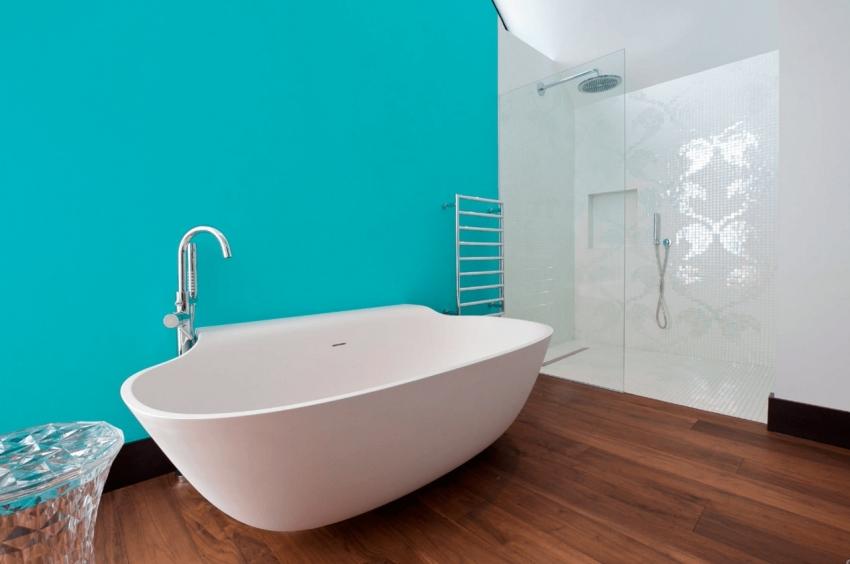 Для ванной комнаты стоит выбирать только ту краску, которая устойчива к негативным воздействиям пара и воды