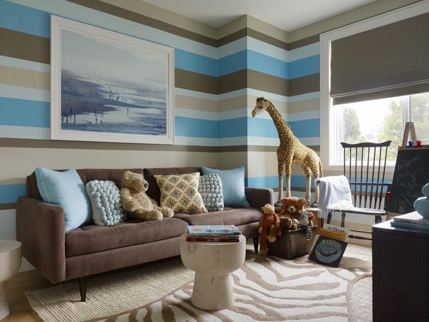 Стены в полоску визуально расширяют пространство комнаты