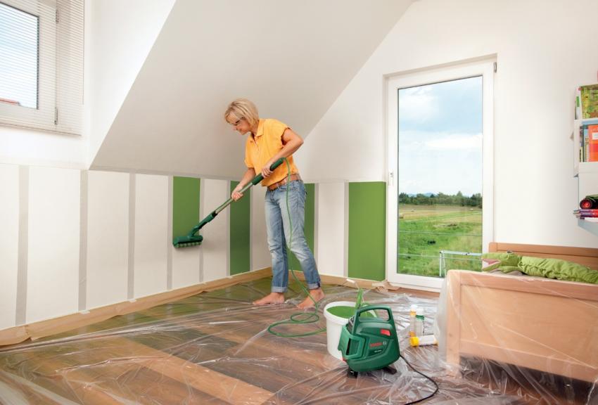 С помощью малярного скотча и подходящего по размеру валика можно удачно разделитель пространство стены