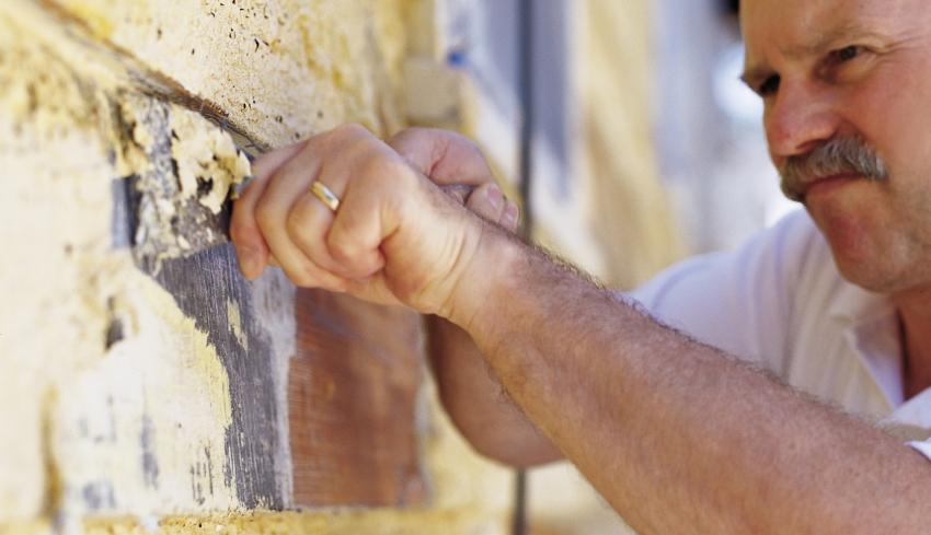 Перед покраской стен, следует помнить, что удалить некоторые виды красок с поверхности весьма трудно