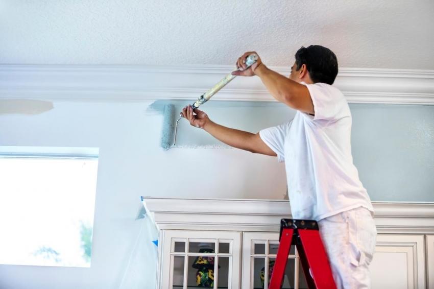 Популярным способом отделки гостиной является использование фактурной краски