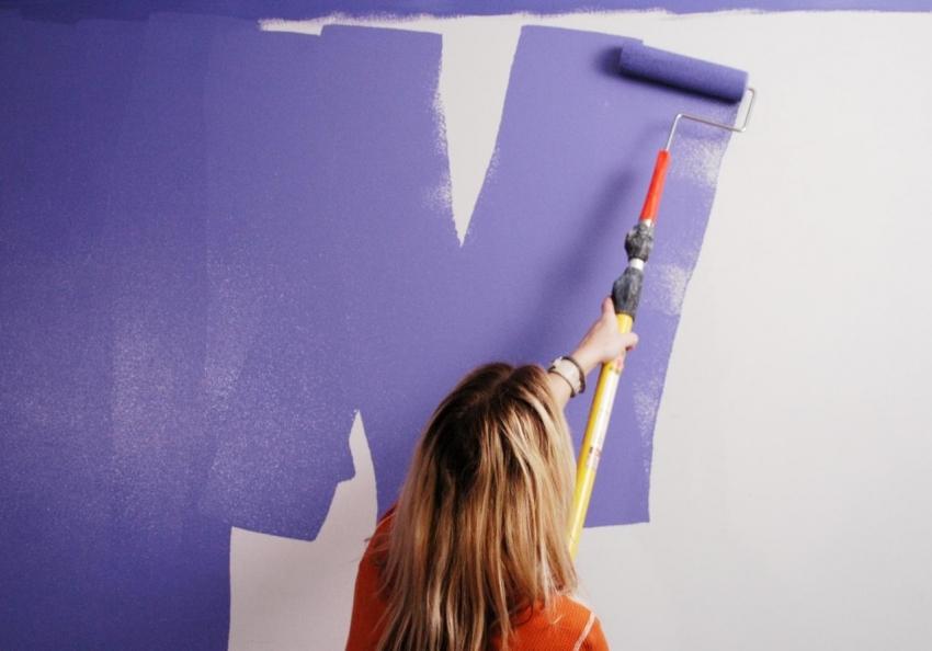 Латексные краски имеют хорошие гидроизоляционные свойства, поэтому их можно использовать для покраски стен в ванной
