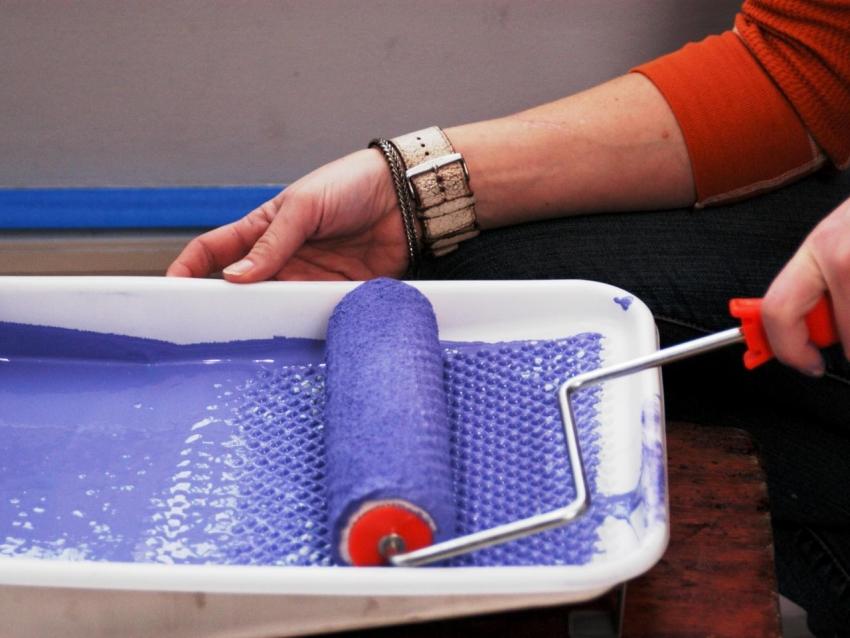 Велюровый валик считается лучшим вариантом для покраски стен акриловыми составами