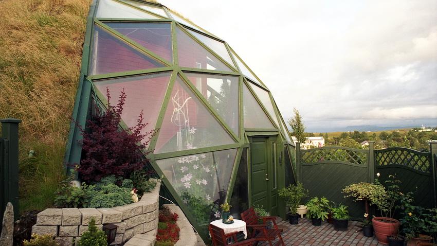Окна треугольной или овальной формы наилучшим образом подходят к дизайну купольного дома