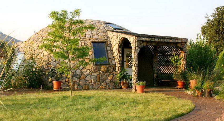 Отделка внешнего фасада купольного дома натуральным камнем
