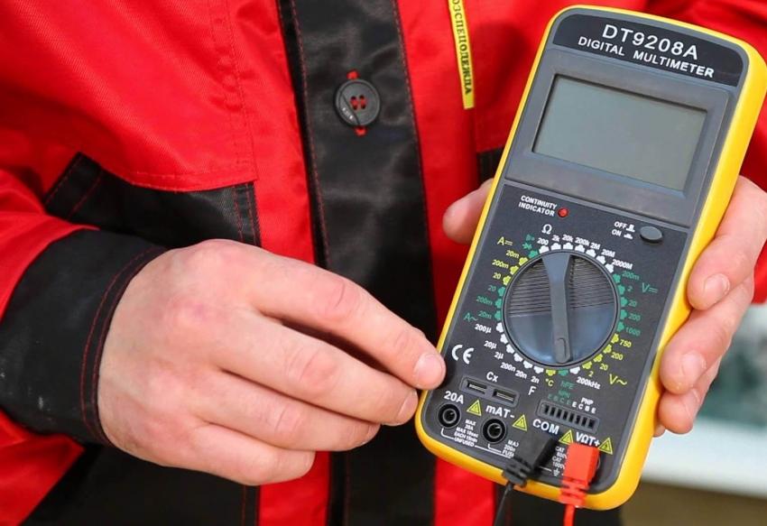 В комплект цифрового тестера DT 9208 A входит батарея питания и щупы, что позволяет использовать устройство сразу после покупки