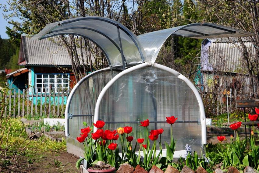 Парник Бабочка имеет очень удобную конструкцию с откидным верхом