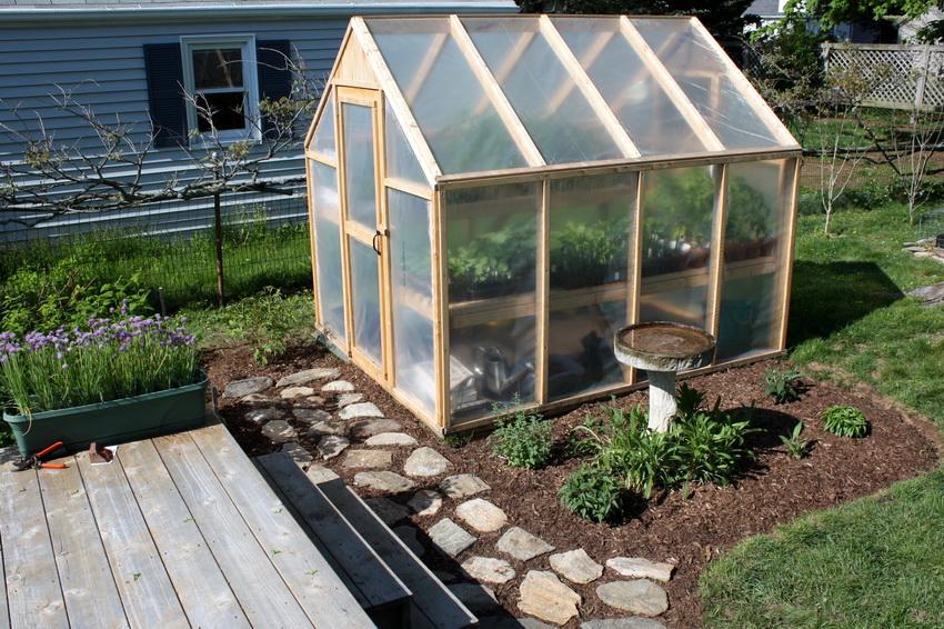 Для удобства выращивания огурцов в такой теплице можно установить сетку
