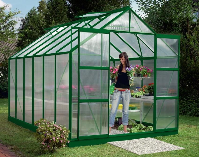 Теплица из сотового поликарбоната позволяет полностью исключить сквозняки, перегрев растений и прекрасно переносит любую непогоду