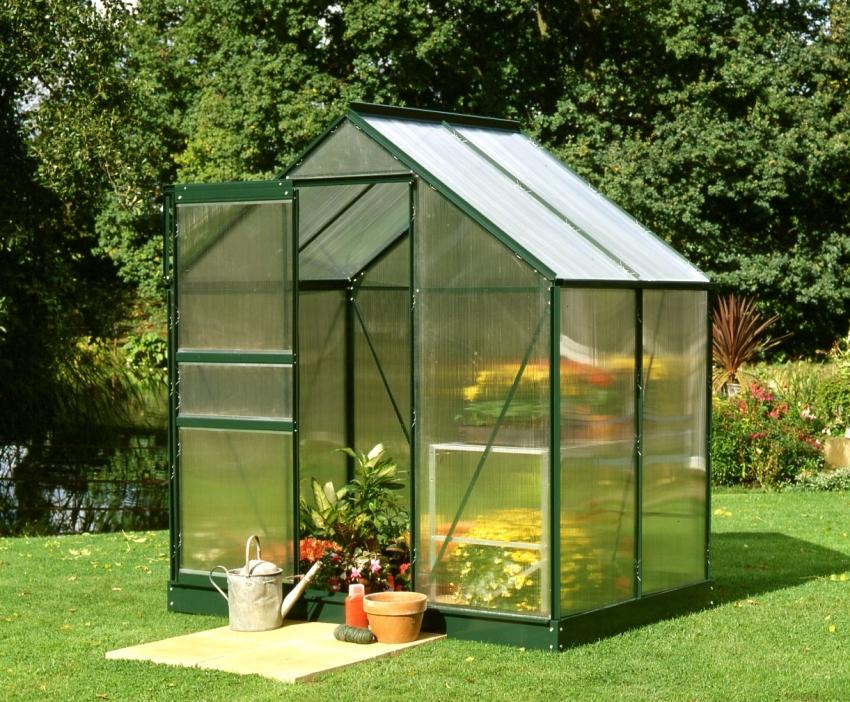 Тепличная конструкция из поликарбоната защищает растения от дождей, сильного ветра и других неблагоприятных погодных явлений