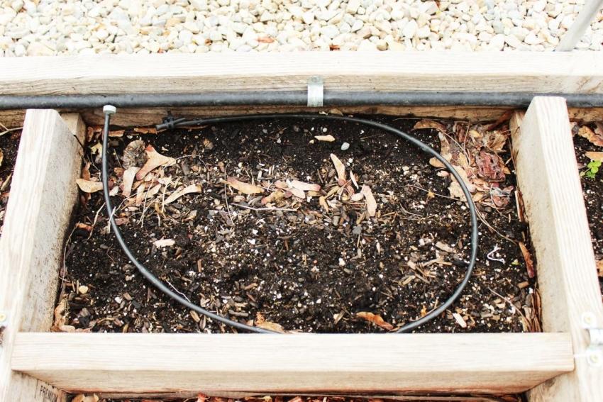 При обустройстве теплой грядки можно заложить систему внутреннего полива, но в этом случае необходимо позаботиться о влагостойкости материала, из которого изготовлен короб