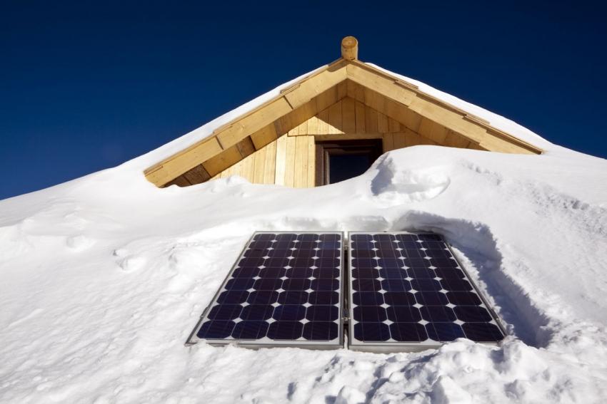 В зимнее время стоит позаботиться о возможности очистки солнечных панелей от изморози и снега