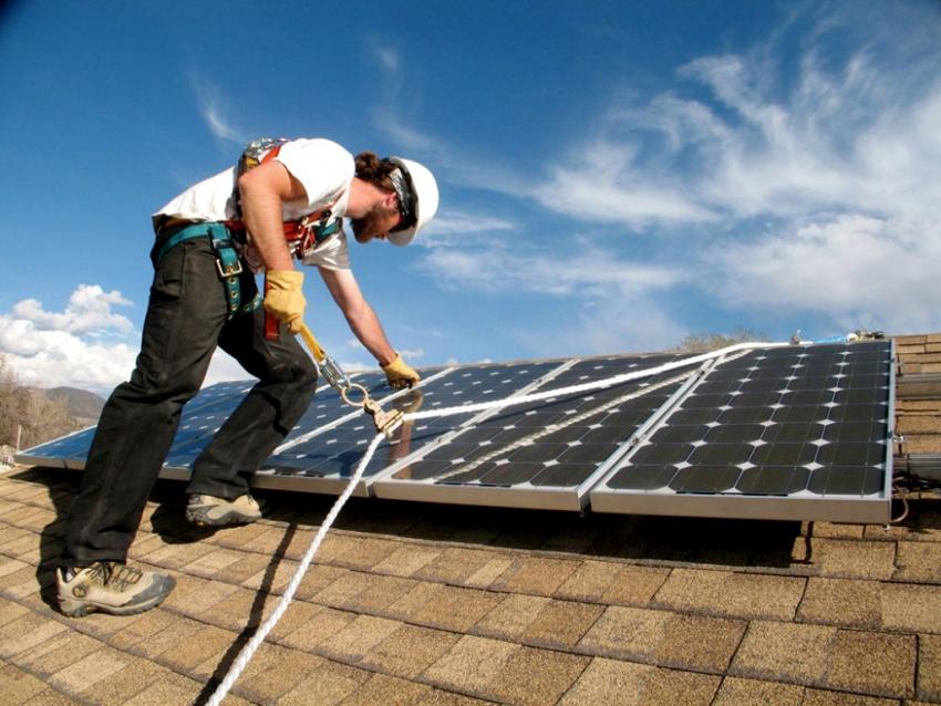 Солнечная электростанция не эффективно работает ночью и в пасмурные дня, в то время как пик электропотребления приходится именно на вечерние часы