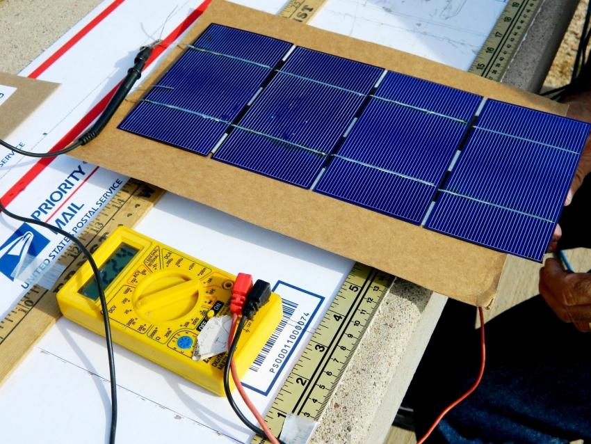 Четыре солнечные пластины вырабатывают в общей сложности 2В электроэнергии