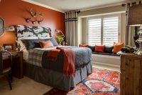 При желании сделать спальню яркой, можно использовать насыщенные оттенки, но они должны быть теплыми и гармонично сочетаться между собой