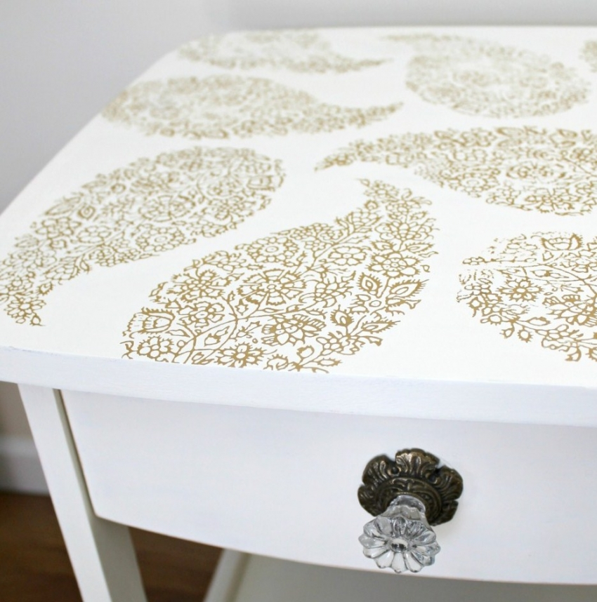 С помощью трафаретов и акриловой краски можно придать новый вид старой мебели