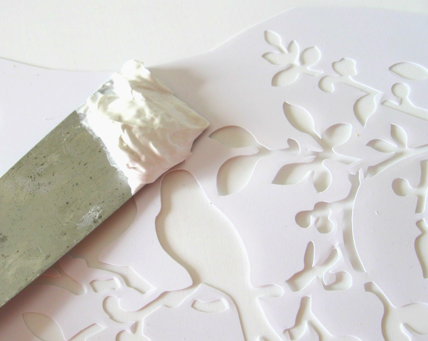 Для нанесения декоративной штукатурки или шпаклевки лучше использовать трафареты из пластика или плотного картона