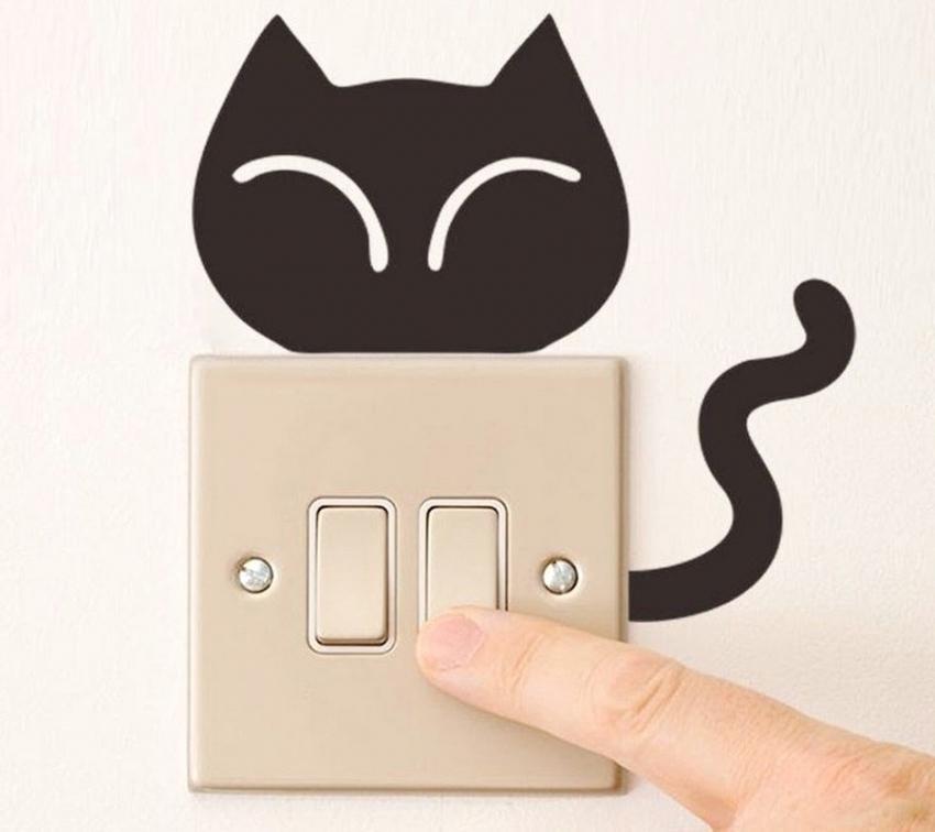 С помощью небольших рисунков, выполненных в трафаретной технике можно выделить такие детали комнаты, как розетки, выключатели или откосы