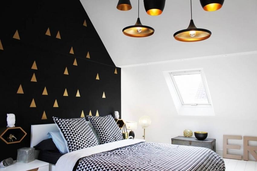 Удачное оформление стены геометрическими рисунками, которые выполнены в трафаретной технике с использованием золотой краски