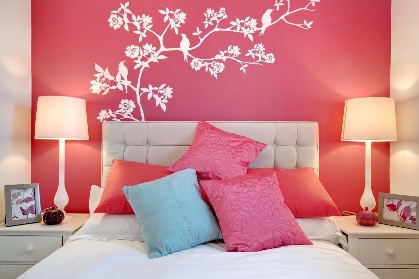 Изображения цветов - очень популярный способ декора интерьера спальни