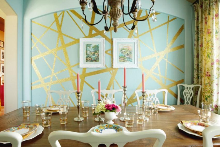 Пример красивого декора стены, выполненного с помощью малярного скотча разной ширины, который может выполнить роль одноразового трафарета