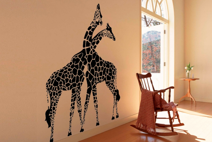 Анималистические рисунки на стене очень популярны среди владельцев загородных домов