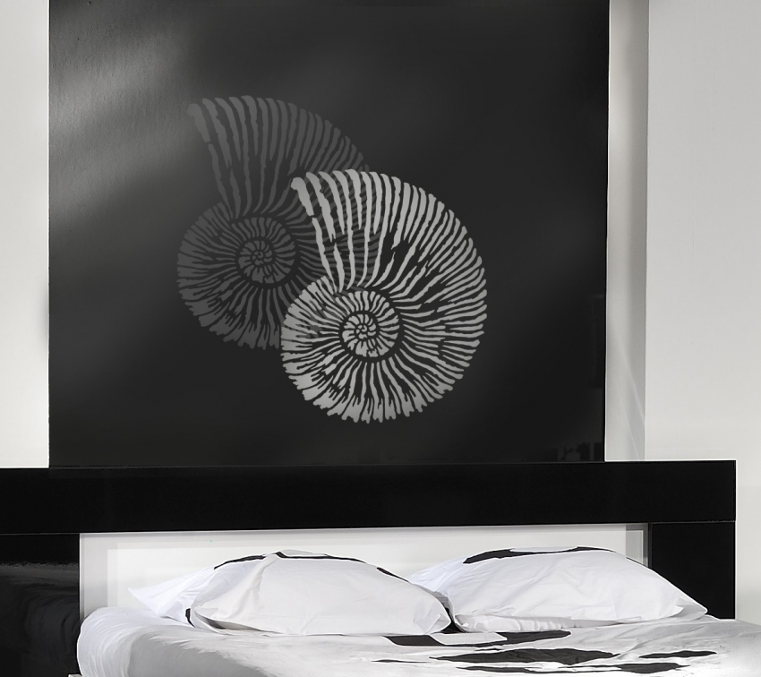 Для декора однотонной стены можно использовать контрастные цвета картинки нескольких тонов