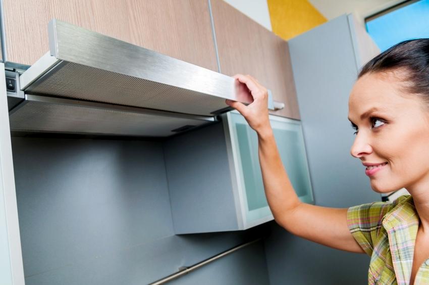 Современные встроенные вытяжки рассчитаны на максимальную экономию пространства на кухне, при этом отлично справляются с поставленной задачей