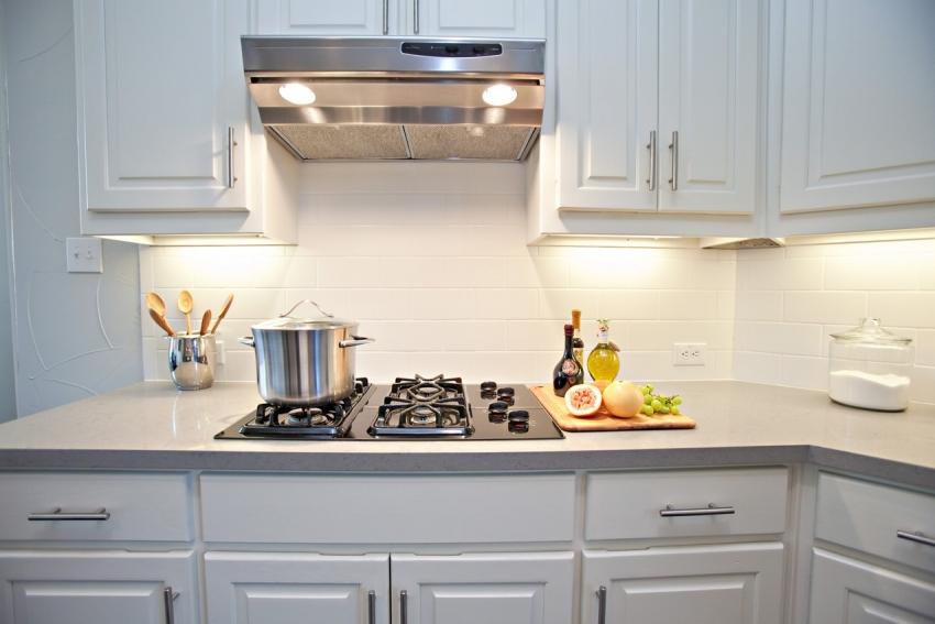 Встроенная вытяжка позволяет не только сохранить чистоту на кухне, но и экономно освещать рабочую зону над варочной поверхностью