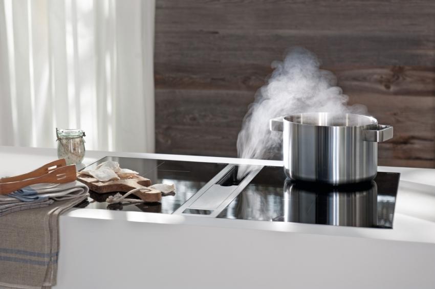 Одной из новинок на рынке принудительной вентиляции является встроенная в плиту вытяжка, которая продается в комплекте с варочной поверхностью