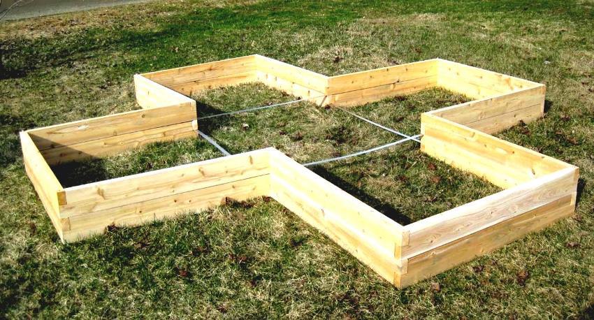 Для ограждений лучше брать древесину - самый доступный, удобный в монтаже и экологически чистый материал
