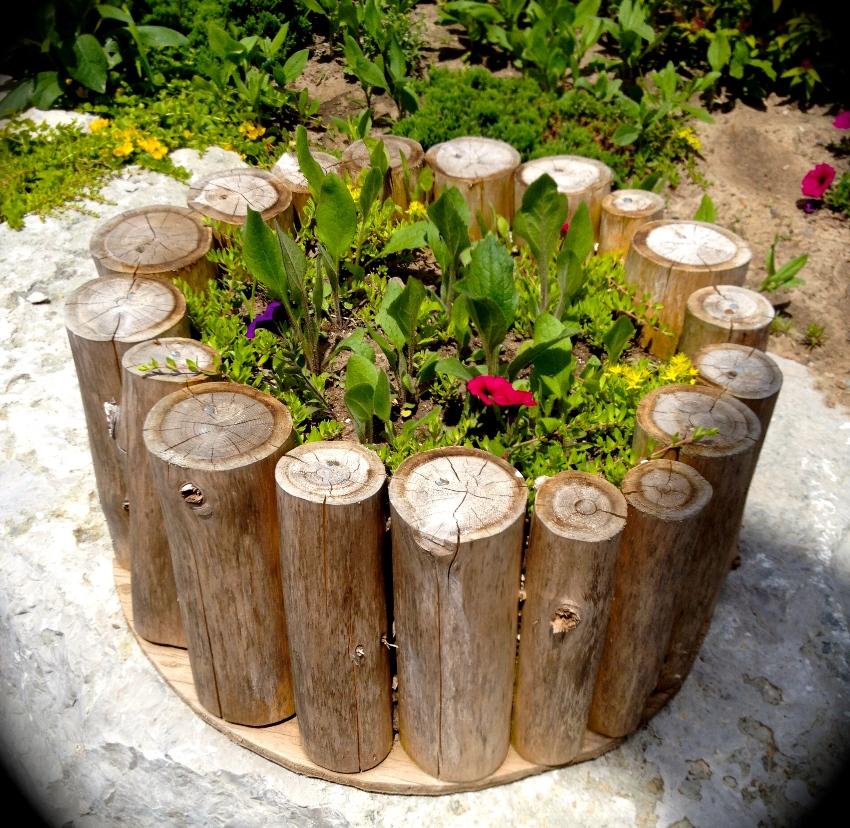 Ограждение для высокой грядки из деревянных брусьев