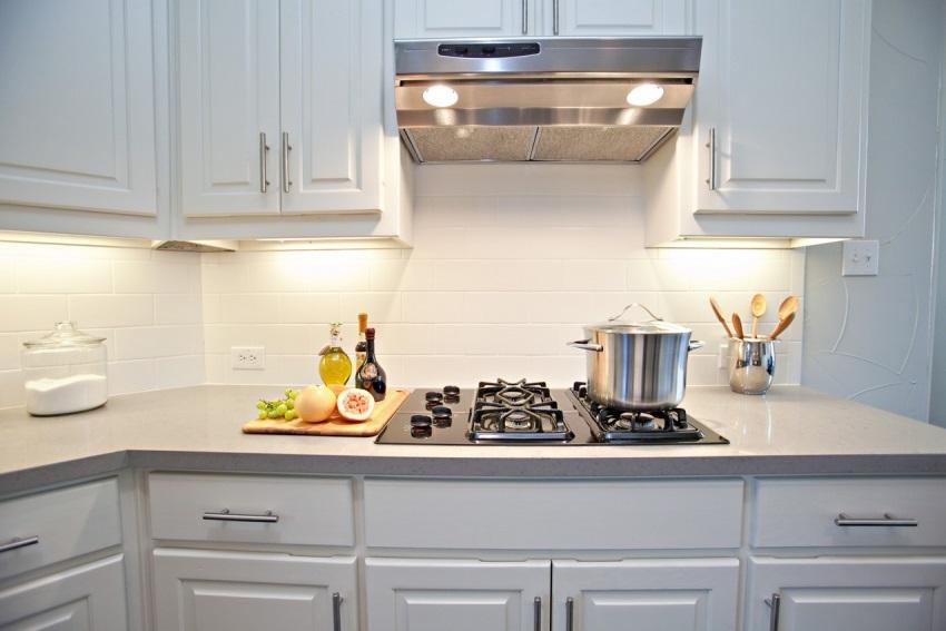 Встроенная кухонная вытяжка в интерьере