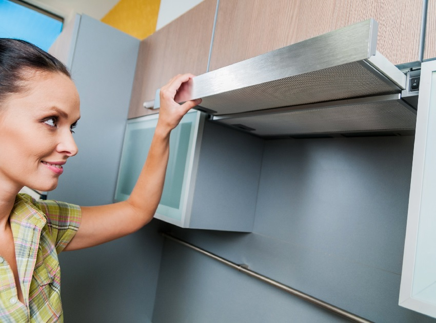 Вытяжка очищает воздух от запахов продуктов, жира и копоти