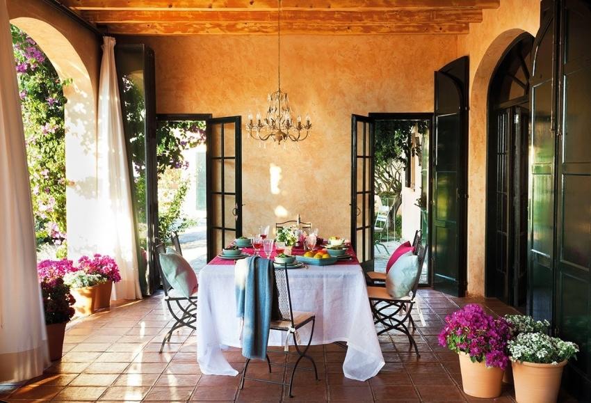 Для декора фасада и крыльца дома стоит выбирать штукатурку, которая обладает не только высокими эксплуатационными характеристиками, но и декоративными свойствами