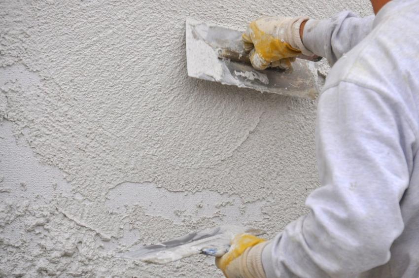 Стоит учесть, что акриловая штукатурка для внешней отделки стен быстрее становиться грязной, поэтому рекомендуется ее дополнительно покрывать красителями с водоотталкивающими свойствами