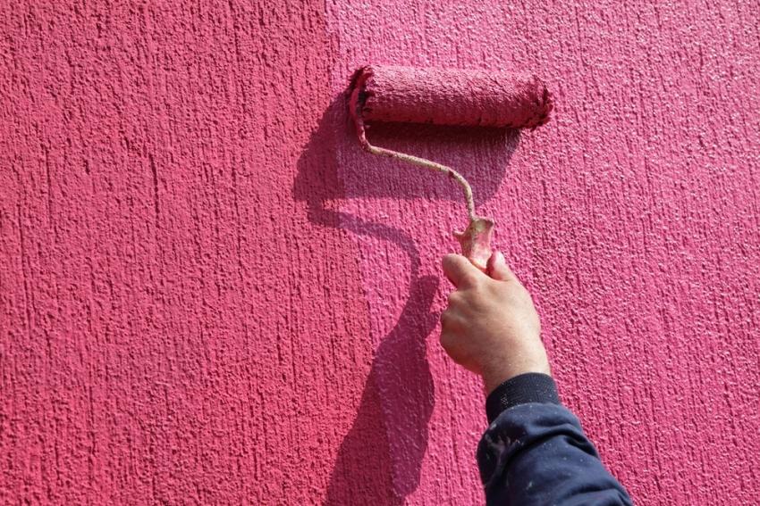 Благодаря хорошим адгезивным свойствам, акриловую штукатурку легко можно покрасить в любой необходимый цвет